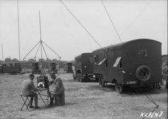 Twee militairen van de Radiodienst luisteren tijdens de tentoonstelling 'Het…