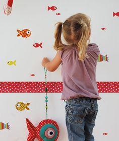 Divertidos adhesivos decorativos con 29 peces de distintos tamaños y de colores brillantes, con los que transformarás las paredes de la habitación del pequeñajo de la casa. Se pueden aplicar a todas las superficies lisas: paredes, muebles, cristales, espejos... y ¡muy fácil de quitar!