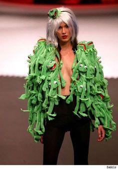 Kermit jacket, Jean Charles de Castelbajac, Autumn fashion, look it up Bad Fashion, Fashion Fail, Weird Fashion, Runway Fashion, Fashion Trends, High Fashion, Kermit, Les Muppets, Diy Mode