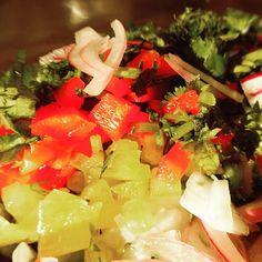 Qué agrado entrar a la cocina y encontrar al chef preparando este fresco, aromático y colorido ceviche para el cóctel que se nos viene encima 👌✨🐟🐟 #yummy #banquetería #catering #curauma #placilla #placilladepeñuelas #ceviche #coctel #valparaíso #elchefesseco