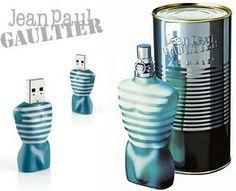 """Composants: le packaging secondaire, en forme de boite de conserve est fait de métal couleur brute. La marque """"Jean-Paul Gaultier"""" y est gravée dans le métal. En ce qui concerne la packaging primaire, il est fait de verre et représente un torse vêtu d'une marinière. Les couleur utilisés sont le blanc et le bleu-vert bouteille. Le bouchon reste un bouchon classique de flacon de parfum."""