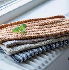 Se opskrifterne på mormors favoritter lige her. Retro, How To Make Diy, Washing Clothes, Pot Holders, Knit Crochet, Chevron, Zip Around Wallet, Blanket, Creative