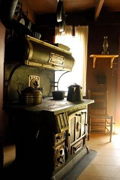 Reminds me of my grandmother's old wood cooking stove. Wood Stove Cooking, Kitchen Stove, Old Kitchen, Vintage Kitchen, Vintage Wood, Ranch Kitchen, Kitchen Wood, Vintage Farm, Country Kitchen