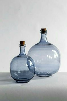 Vagabond Vintage Showroom - Bonagora Online Trade Show Colored Glass Bottles, Antique Glass Bottles, Colored Vases, Vintage Bottles, Bottles And Jars, Glass Vessel, Glass Ceramic, Glass Art, Perfumes Vintage