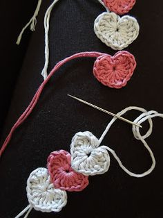 Happy Berry Crochet: Quick and simple crochet heart bracelet Tutorial ╭⊰✿Teresa Restegui http://www.pinterest.com/teretegui/✿⊱╮ Simple Crochet, Crochet Crafts, Crochet Projects, Diy Crochet Jewelry, Crochet Necklace, Heart Bracelet, Bracelets, Crochet Flowers, Crocs