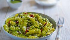 Cestovinový šalát so špenátovým pestom a sušenými paradajkami | Recepty.sk Pesto, Ale, Ethnic Recipes, Food, Kochen, Meal, Ale Beer, Essen, Hoods