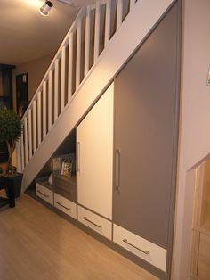 Sous escaliers                                                                                                                                                                                 Plus