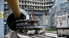 Sacando la cabeza de la tuneladora del túnel de Maceiras en Vigo. Detalle de la boca del túnel