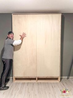 Build your own queen size murphy bed with detailed instructions and plans! It& a great space saver and looks like builtins on your wall! Perfect for a multipurpose room! - diy-home-decor Build A Murphy Bed, Murphy Bed Plans, Murphy Beds, Murphy Bed Office, Build In Bed, Full Size Murphy Bed, Queen Murphy Bed, Murphy Bed Desk, Easy Home Decor