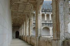 La Rochefoucauld: galeries intérieures.- 1) HISTORIQUE, 28: Des cartes postales de la collection Braun montrent la chapelle et certaines pièces meublées, mais la succession obérée de la duchesse, qui n'y avait vécu que 2 ans, entraîna la vente de son mobilier, dont certains éléments présumés provenir du comte puis prince Orlov (1787-1862) furent acquis par Alphonse et Raymond Réthoré pour leur projet de château à la Mercerie près de Villebois-Lavalette mené de 1939 à 1970, ...