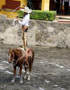 Charro floreando la reata , sobre el caballo !!