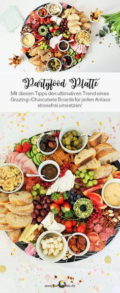 Käseplatte war gestern: Denn der neue Trend heißt Charcuterie-Board bzw. Grazing-Platter. Quasi herzhaftes & deftiges Partyfood für jeden Anlass! Egal ob Geburtstag, Hochzeit, Mottoparty, JGA/Brautparty, Babyparty...oder die Feiertage wie Valentinstag, Ostern, Weihnachten & Silvester. Diese Partyplatte mit Fingerfood kannst Du super einfach und total stressfrei in vielen Varianten, auch vegetarisch & vegan, umsetzen! // #partyfood #partytrends #partyplatte #rezeptideen #foodtrends… Bagel Bar, Catering, Tara Milk Tea, Candied Nuts, Grazing Tables, Meat And Cheese, Snacks Für Party, Charcuterie Board, Chana Masala