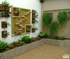 Você sabia que existe cerca de 600 espécies de bambu? Dá para criar um jardim vertical com esse material, desde que ele esteja em boas condições para aumentar sua vida útil e não prejudicar as plantas.