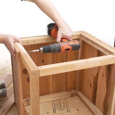 Woodworking with easy wood projects plans is a great hobby but we show you how to get started with the best woodworking plans to save you stress & cash on your woodworking projects Backyard Projects, Outdoor Projects, Wood Projects, Wood Planter Box, Diy Holz, Diy Planters, Garden Planters, Wood Boxes, Diy Wood Box