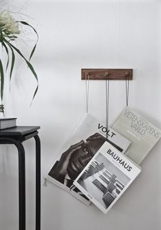 A simple and beautiful DIY from Hannas inspo. Take a piece of thread or leather band and tie a knot in the ends. Hang the band on a rack with hooks, attach a book or magazine to it and done! Diy Book Holder, Book Racks, Diy Hanging, Blog Design, Set Design, Modern Interior Design, Diy Wall, Home Furnishings, Easy Diy