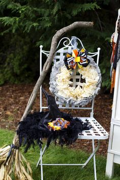 CUTE WREATH! Retro Halloween Party with Lots of Really Cute Ideas via Kara's Party Ideas | KarasPartyIdeas.com #HalloweenParty #BlackCatParty #PartyIdeas