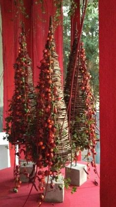 My Christmas Palet Tree This Year. See Source Holly in a Gentle Snow. See Source 50 Stunning Christmas Porch Ideas - . Christmas Flowers, Christmas Porch, Noel Christmas, Christmas Design, Country Christmas, Winter Christmas, Christmas Wreaths, Christmas Crafts, Grapevine Christmas