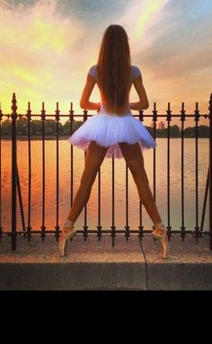 ballet, dance, and ballerina resmi Yoga And More, Tumblr Ballet, Dance Like No One Is Watching, Dance Poses, Ballet Photography, Photography Ideas, Mikhail Baryshnikov, Ballet Beautiful, Beautiful Beautiful