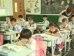 Klaslokaal in China. Alle kinderen zitten apart. Onderwijs in China is erg gestructureerd.
