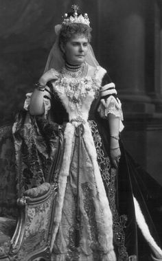 Helen Magruder, daughter of Commodore George Allan Magruder of the US Navy, married 1863 the Baron Abinger. Dressed here for the coronation of King Edward VII, 9 August Royal Tiaras, Royal Jewels, Tiaras And Crowns, British Nobility, Royal Photography, Elizabethan Era, Queens Jewels, Court Dresses, Diamond Tiara
