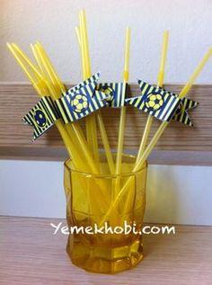 Fenerbahçe konseptli doğum günü partisinde kullanılmak üzere süslenen pipetler