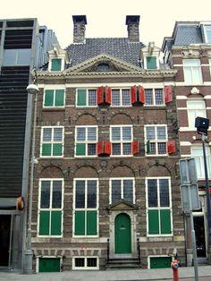 この大きな家はレンブラントの家、絵画ファンは行くべし。オランダ 旅行のおすすめ観光スポット。