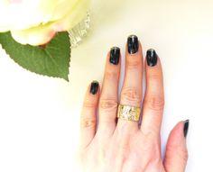 Un tuto nail art facile, bleu nuit et paillettes d'or : www.monvanityidea... #nailart #manucure #vernis #paillettes #nailpolish #or #gold #beautyaddict