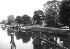Almelose Kanaal met woonschepen, vanaf de Schoenkuipenbrug uit het noordwesten gezien.