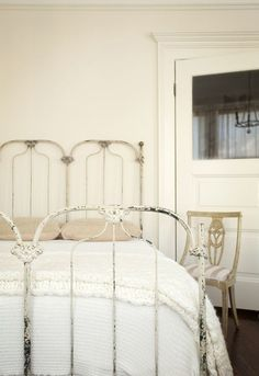 home: rosy sf via: design sponge Love this vintage iron bed. Cast Iron Bed Frame, Cast Iron Beds, Antique Iron Beds, Wrought Iron Beds, Old Beds, Beautiful Bedrooms, Bedroom Romantic, Bedroom Simple, My New Room