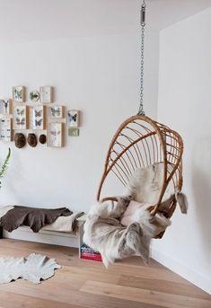 De hangstoelen zijn in diverse designs te koop en kun je op verschillende manieren stylen. Riet, stof, kussens of een schapenvachtje.