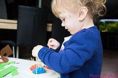 Meine Kinder lieben Feinmotorik Spiele und Übungen! Das macht mir wahnsinnig viel Spaß zu beobachten, wie die kleine Fingerchen sich entwickeln und neue Aufgaben bewältigen.Feinmotorik ist wichtig für die kindliche Entwicklung, spätestens in der Schule, werden feinmotorische Tätigkeiten von Kindern verlangt. Auf dem Markt gibt es unzählige Feinmotorik Spiele und Hefte mit Feinmotorik Übungen, doch …
