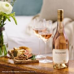 From a casual afternoon on a blanket, to a full spread with all your friends in a park, here are the perfect picnic wines for each situation. Wine Photography, Social Photography, Photography Ideas, Pinot Noir Grapes, Blush Wine, Vegan Wine, Roasted Beet Salad, Hotel Food, Pinot Gris