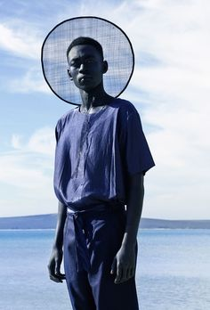 By reflecting on a contemporary outlook of African aesthetics and heritage, the Lukhanyo Mdingi label displays cross-cultural influences for traditional designs. The eponymous South African designer. Style Bleu, Mode Style, Black Style, Look Fashion, Fashion Art, Mens Fashion, Fashion Brand, Editorial Photography, Fashion Photography