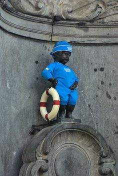 Manneken Pis has a whole wardrobe for all kind of different occasions. Manneken Pis, Statues, Famous Places, Antwerp, Simply Beautiful, Netherlands, 3 D, Photos, Humor
