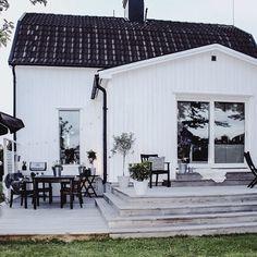 Two-level deck w/ eating area & sliding doors Outdoor Spaces, Outdoor Living, Outdoor Decor, Casa Patio, Bungalow Homes, House Deck, Exterior Cladding, Modern Farmhouse Exterior, Black House