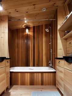 Bad Design Holz Verkleidung Badewanne Regale Kieselstein Optik ... Bad Design Holz