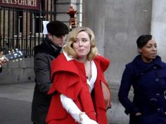 ▶ Róisín Murphy - You Know Me Better (Busking - Covent Garden) - YouTube