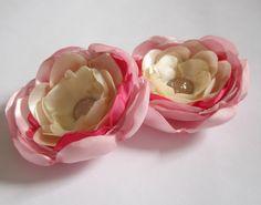 Par de flores de cetim em tons de rosa e bege. Podem ser usadas como enfeite de cabelo ou como broche para decorar bolsas, vestidos, etc. diâmetro de cada flor: aproximadamente 6 cm.