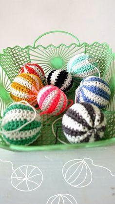 ingthings: Kind of Xmass balls DIY Crochet Christmas Decorations, Crochet Ornaments, Christmas Crochet Patterns, Christmas Knitting, Ball Ornaments, Holiday Decorations, Crochet Ball, Crochet Diy, Crochet Home Decor