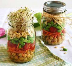 Aprenda a fazer 14 saladas no pote para levar em qualquer lugar. Vem entender a ordem da colocação dos ingredientes e ver várias sugestões aqui!