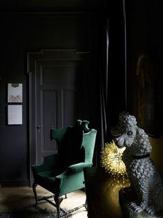 Dark Interiors: Macabre Charm in Grey Walls Dark Furniture, Furniture Styles, Dark Walls, Grey Walls, Interior Design Tips, Interior Inspiration, Dark Doors, Dark Interiors, Cool Chairs
