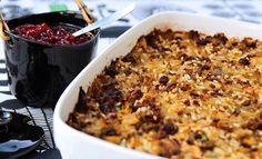 Kaalilaatikko on hyvää kotiruokaa, jonka maut hautuvat uunissa täyteläisiksi. Healthy Cooking, Healthy Snacks, Oven Baked, Deli, Casserole Recipes, Stew, Macaroni And Cheese, Oatmeal, Food And Drink