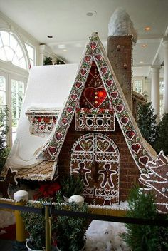 Beautiful Christmas Gingerbread House Ideas Get some ideas for your Christmas gingerbread house this year. Try to DIY some of these amazing designs if you want to try something that doesn't come in the usual kit. These gingerbread Cool Gingerbread Houses, Gingerbread House Designs, Christmas Gingerbread House, Gingerbread Cookies, Gingerbread Castle, Homemade Gingerbread House, Cardboard Gingerbread House, Gingerbread Men, Christmas Goodies