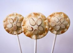 Andrea Smetona, of Cakewalk Desserts, shares her delicious Pumpkin Cheesecake Pie Pops recipe just in time for Thanksgiving. Unique Desserts, Holiday Desserts, No Bake Desserts, Delicious Desserts, Baking Desserts, Cheesecake Pops, Pumpkin Pie Cheesecake, Thanksgiving Cakes, Thanksgiving Ideas