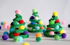 Kerst - Knutselen met kinderen -Kerstboom - Make these cute pipe cleaner Christmas trees to hang on your tree, make a garland or use as a stand alone decoration. Christmas Tree Garland, Preschool Christmas, Noel Christmas, Christmas Activities, Christmas Crafts For Kids, Christmas Decorations To Make, Christmas Projects, Winter Christmas, Handmade Christmas