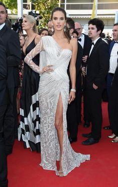 Alessandra Ambrosio veste Versace , vestido branco com fenda, bordado