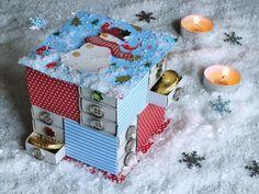 Přemýšlela jsem, jaký přinést nápad pro rodiče, kteří nemají tu možnost sáhnout do skříně a vytáhnout loňský adventní kalendář. Říkám rodiče – protože tento advenťák mohou směle vytvářet i tátové. A možná je to bude i bavit… Adventní kalendář jsem vyrobila z krabiček ze sirek. Pokud vám nejsou příliš sympatické, ujišťuji vás, že se krabičky v hotovém výrobku úplně ztratí. Vyrobíte ho za jeden volný večer a místo návodu vám stačí jednou mrknout na obrázek. Tak je to jednoduché. CO BUDETE…