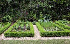 Horta particular da paisagista Barbara Uccello, projetada com a sócia e paisagista Maringá Pilz. No lugar de tijolo, a horta foi delimitada por buxinho podado