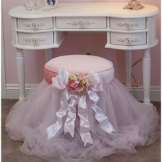 Vanity stool: Using a 5 gallon bucket, hot glue tulle to the lid, then Velcro a round pillow on top of the lid. Decorate with ribbon and flowers. Bathroom Vanity Chair, Vanity Stool, Vanity Chairs, Vanity Seat, Casas Shabby Chic, Shabby Chic Decor, Princess Room, Round Pillow, Little Girl Rooms