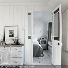 Der Shabby Chic ist in diesem Landhaus konsequent umgesetzt worden. Die Kombination aus Grau und Weiß wirkt strahlend und offen und scheint einen in der…